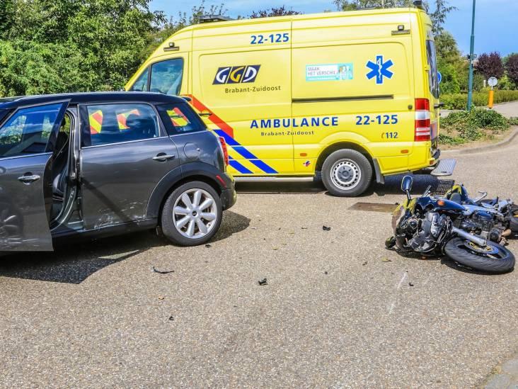 Man botst met gloednieuwe motor op auto in Helmond