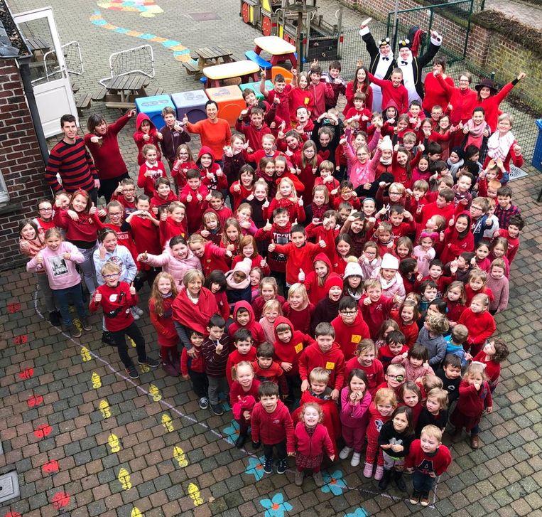 De kinderen hadden een dikke rode trui aangetrokken.