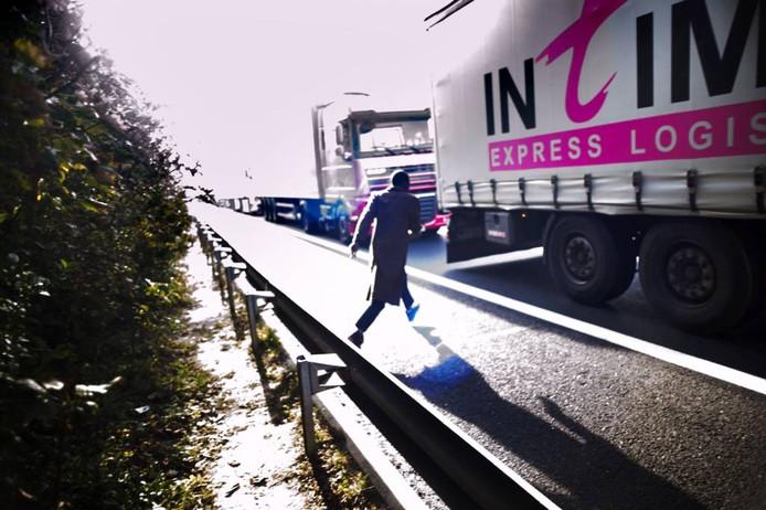 Vluchtelingen proberen in Calais aan boord van vrachtwagens te klimmen. Het probleem lijkt zich deels naar Nederland te verplaatsen.