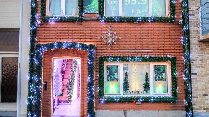 """VIDEO. Dennis steekt de 40.000 lichtjes van zijn kersthuis aan: """"De hele familie heeft een maand lang meegeholpen"""""""