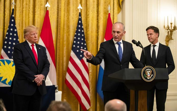 Bert Kreuk, geflankeerd door Donald Trump en Mark Rutte, houdt een speech in het Witte Huis.