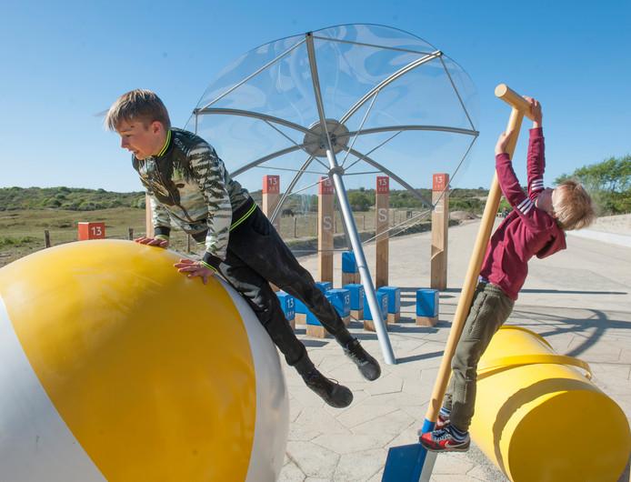 Speelse kunstwerken maken de vernieuwde Jan van Renesseweg tot één van de mooiste strandroutes van Nederland.