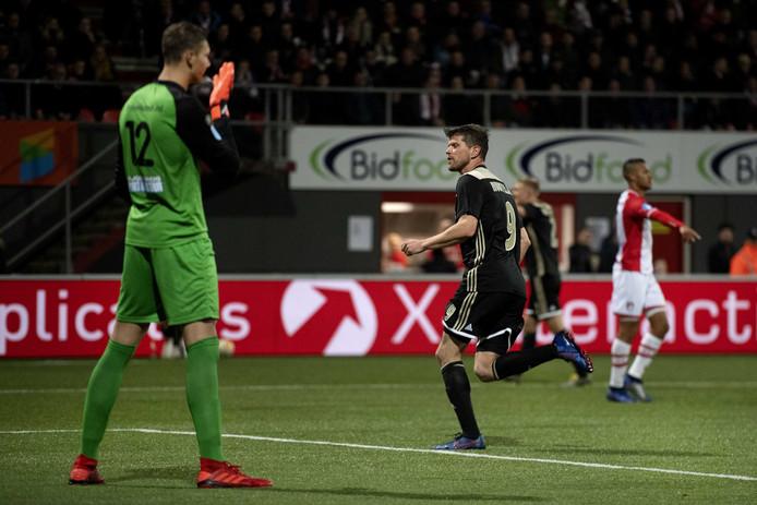 Klaas Jan Huntelaar loopt juichend weg na zijn 100ste goal voor Ajax in Emmen.