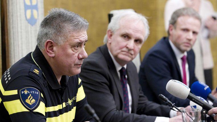 Burgemeester Pieter Broertjes in het midden, tijdens de persconferentie gisteravond. Beeld epa