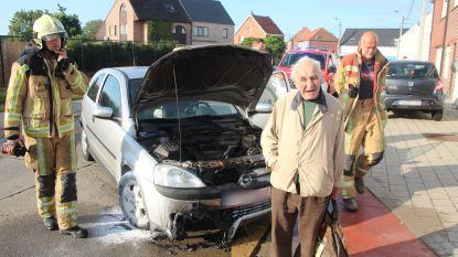 Auto van Adolf (86) vat vuur: Voorbijganger kan beginnende brand onder motorkap doven