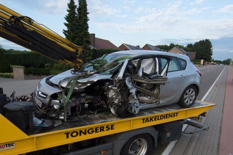 De voetgangster werd opgeschept door deze auto. De inzittenden raakten lichtgewond.