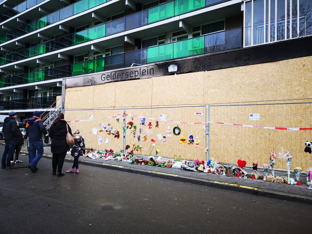 Bloemen, knuffels en brieven na flatbrand aan het Gelderseplein in Arnhem.