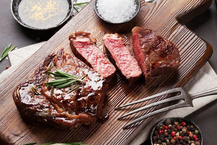 """Ingevroren vlees dat twaalf jaar oud is: het smaakt minder en het ziet er niet uit, maar het hoeft geen gevaar voor de volksgezondheid te betekenen. """"Tenminste, zolang de koudeketen niet onderbroken werd en het vlees steeds bewaard werd bij -18 graden"""", zegt Bruno De Meulenaer, prof Levensmiddelentechnologie verbonden aan de UGent."""