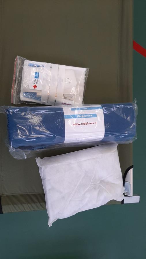 De daklozen krijgen van het Rode Kruis een pakket om de nacht door te komen