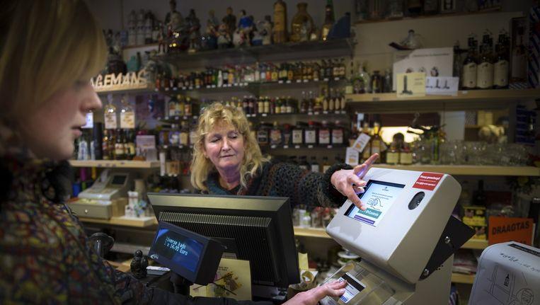 Een Ageviewer in een slijterij in Leeuwarden. Beeld Kees van de Veen /  Hollandse Hoogte