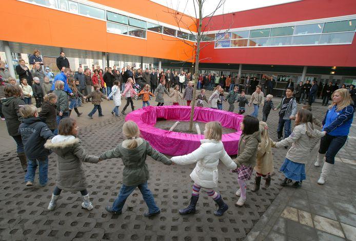 Een foto van de opening van de De Salamander in Schuytgraaf in 2008. Sindsdien zijn de noodlokalen nodig geweest die dit jaar worden vervangen door vijf échte lokalen.