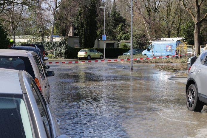 Gesprongen waterleiding in Rotterdam-Charlois.