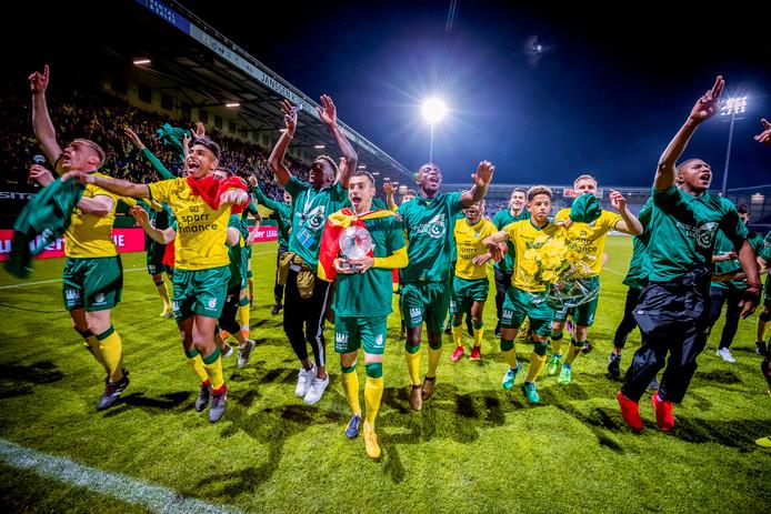 Fortuna Sittard spelers na de gewonnen wedstrijd van Fortuna Sittard tegen Jong PSV in de Jupiler League. Met de winst promoveert Fortuna naar de eredivisie.