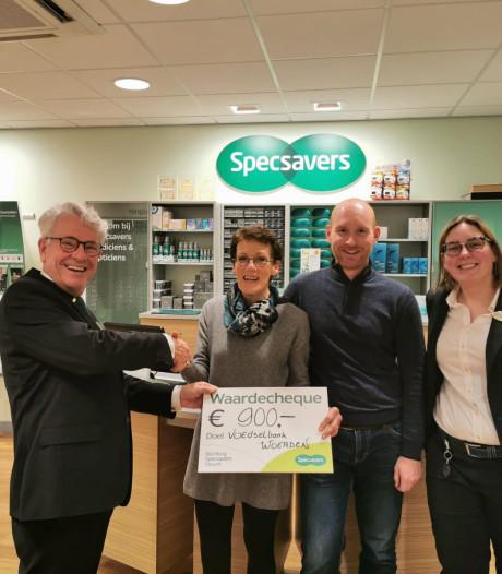 Gulle cheque van Specsavers voor de Woerdense Voedselbank