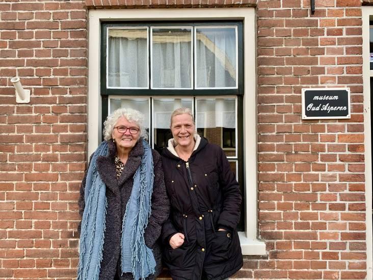 Vriendinnen Marian en Tiny zijn lid van het museum, zoals dat hoort in Asperen