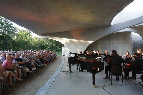 De ouverture werd opgevoerd in première op zaterdag 24 augustus door muzikanten van het Brussels Chamber Orchestra en Genkse gastmuzikanten Carlo Nardozza en Safer Ay, onder leiding van Michelino Bisceglia.