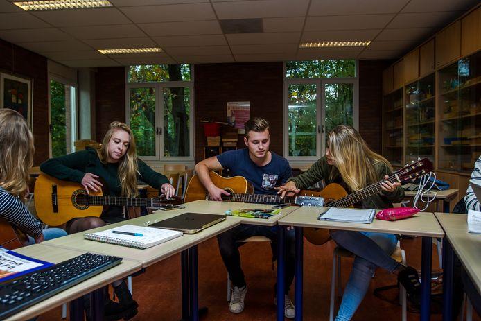 Muziek maken bij het vak expressie bij Anne-Marie Smeets.