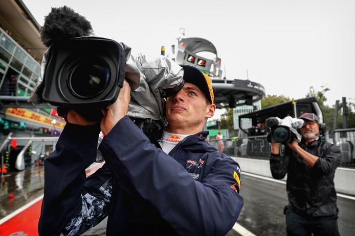 Max Verstappen met de camera. De Nederlander is één van de sterren in de Formule 1-docu op Netflix.