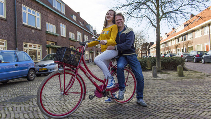 Vader David (47) en dochter Mila(13) van Tongeren op de teruggevonden Cortina in hun wijk Tuinwijk.