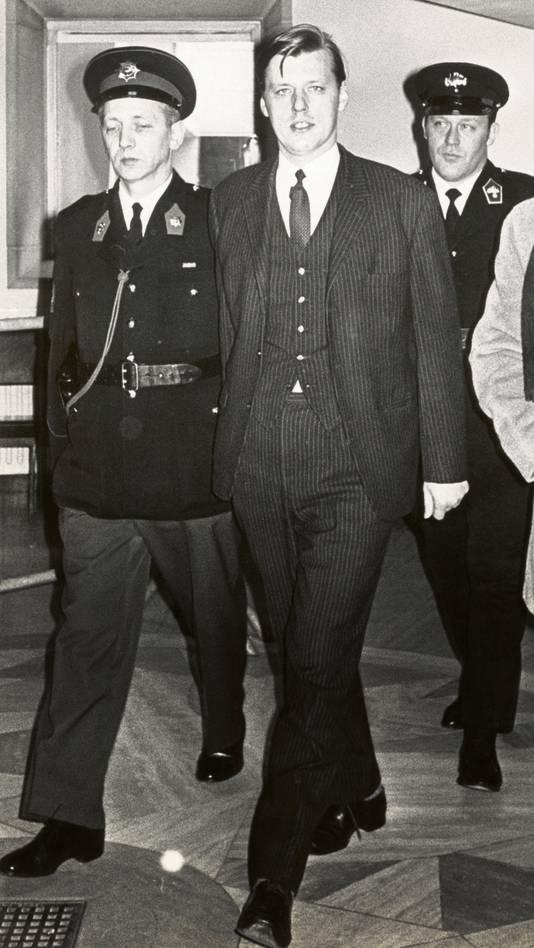 Moordenaar Hans van Zon op weg naar de rechtszaal onder begeleiding.