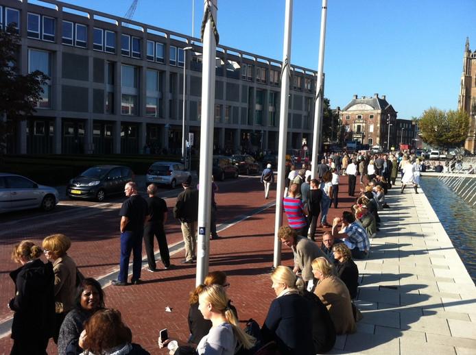 Honderden mensen staan op straat na de ontruiming van het paleis van justitie in Arnhem.