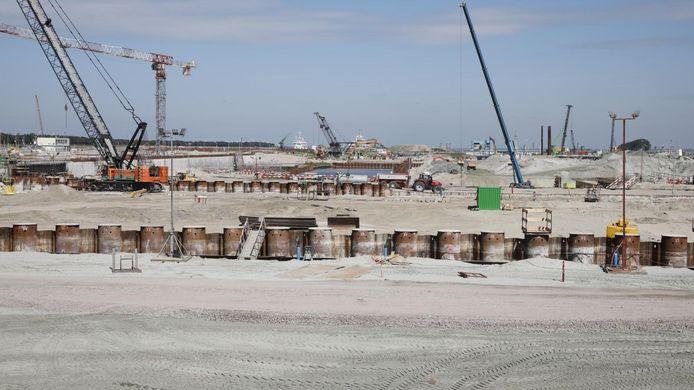 De contouren van het binnenhoofd van de Nieuwe Sluis zijn zichtbaar, het uitgraven is maandag 25 mei begonnen.