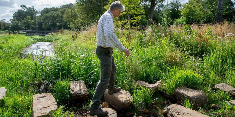 Hein Pieper, tijdens een wandeling met Trouw door droogtegebied vorig jaar.