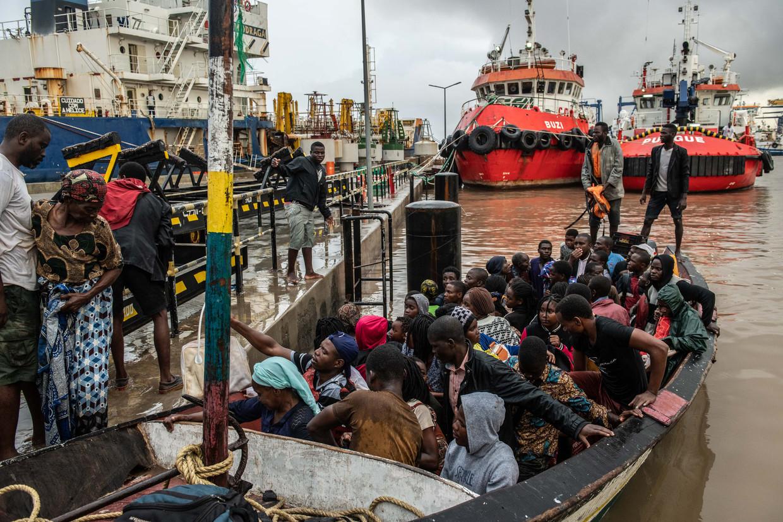 Vluchtelingen uit overstroomd gebied vinden in de havenstad Beira droge grond onder de voeten. Beeld Andrew Renneisen / Getty Images