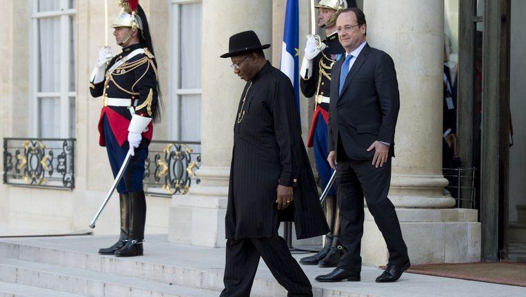 President Goodluck Jonathan van Nigeria (midden) en president Hollande van Frankrijk, vandaag in Parijs. Beeld afp