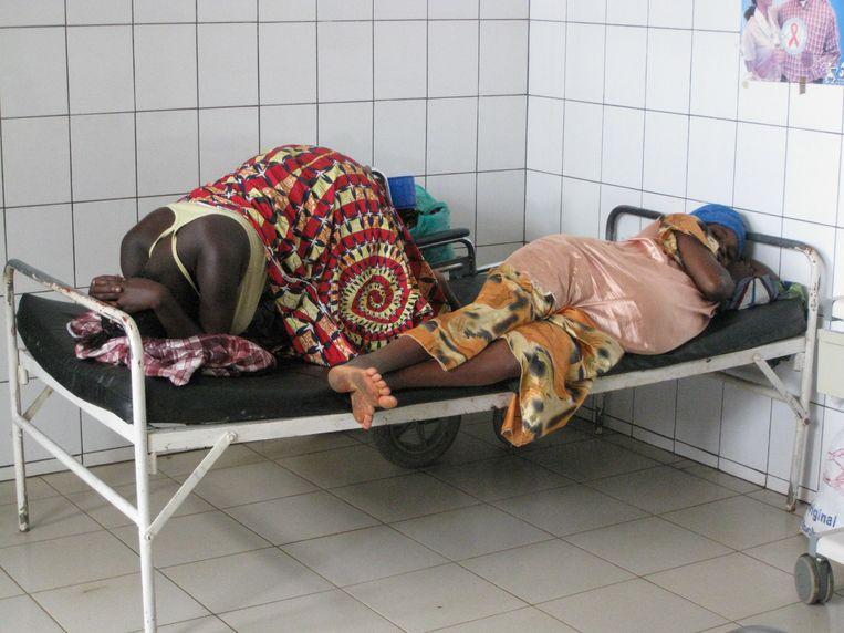 """""""Als een vrouw in Congo bevalt, wordt ze er met twee andere vrouwen en hun baby's in één eenpersoonsbed gelegd"""", zegt Guy Verhulst."""