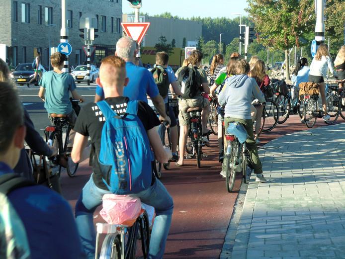 Veel scholieren stonden lang in de rij.