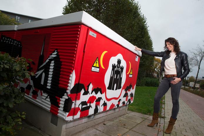 Esther Bosgoed kijkt tevreden naar het elektriciteitshuisje dat door een 17-jarige Doesburger is beschilderd.