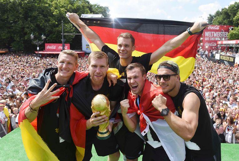 Schweinsteiger, Mertesacker, Neuer, Grosskreutz en Podoslki tijdens de festiviteiten in Berlijn na Duitslands WK-triomf in Brazilië 2014.