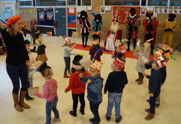 Juf Charlotte deed samen met haar kleuters een dansje voor de Sint in de Zonnebloem.