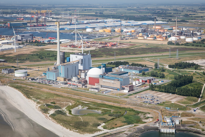 De kerncentrale in Borssele, links ernaast de gesloten kolencentrale.