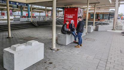 Betonblokken aan station