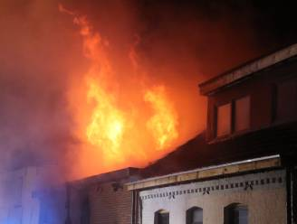 Twee brandweermannen en bewoner raken gewond bij zware uitslaande brand