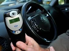 Dronken automobilist zonder rijbewijs botst tegen geparkeerde auto in Tilburg