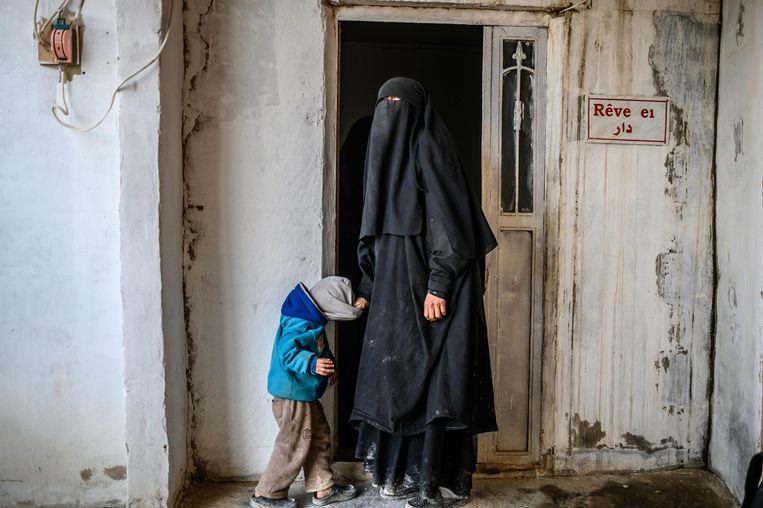 Een Franse vrouw en haar kind in het al-Hol-kamp in het noordoosten van Syrië.  Beeld AFP
