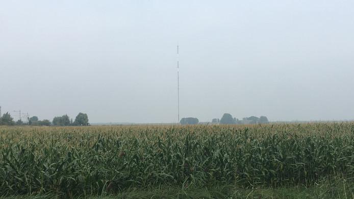 De mast is deze maand geplaatst en blijft tot september 2020 staan.