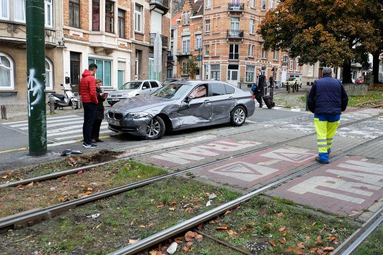 De BMW raakte zwaar beschadigd.
