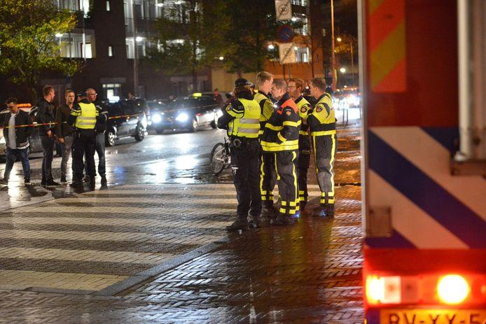 Hulpdiensten bij het zebrapad aan de Nieuwe Prinsenkade in Breda, waar op 29 oktober een voetganger ernstig gewond raakte bij een aanrijding.