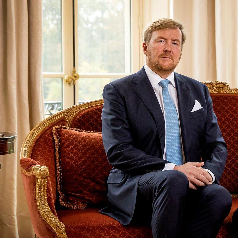 Koning Willem-Alexander tijdens de opname van zijn videoboodschap. Beeld ANP