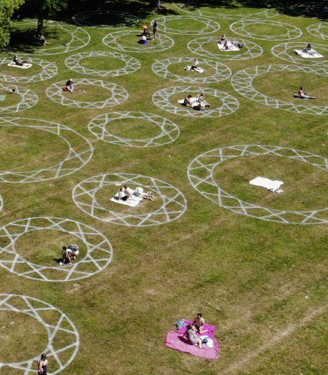 Picknicken, borrelen of zonnen in grote cirkels in het Julianapark: 'Ik vind het eigenlijk best een goed idee'