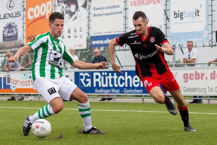SteDoCo-nieuwkomer Gianni Tiebosch (rechts) tracht Melle Mandemakers van Achilles Veen - trouwens de enige Veener in de selectie - te omspelen.