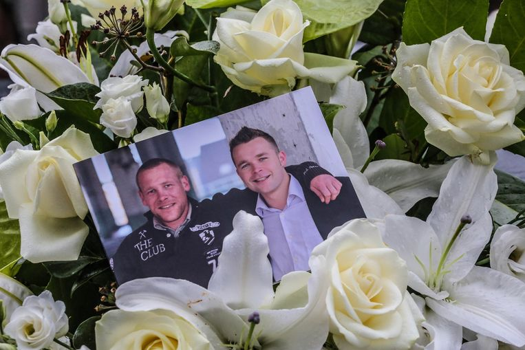 Foto van Mathias en Thomas tussen witte rozen.