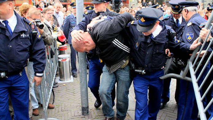 L. werd drie jaar geleden opgepakt na het gooien van een waxinelichthouder naar de gouden koets op Prinsjesdag