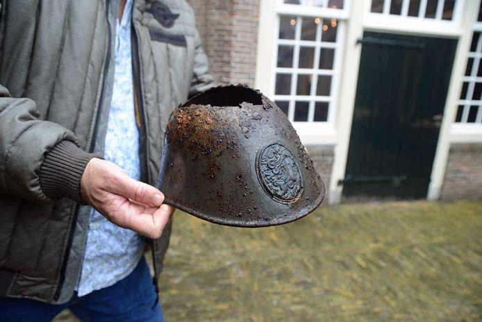 De metalen legerhelm was aan de bovenkant zo verzwakt dat er een gat in ontstond toen Den Ottelander deze wilde schoonvegen.