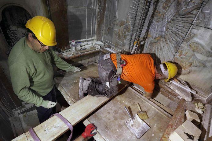 De Griekse wetenschappers tijdens hun herstelwerkzaamheden aan het Heilige Graf in Jeruzalem in oktober vorig jaar.