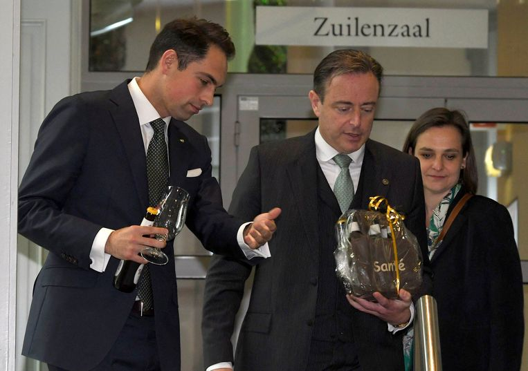 Vlaams Belang-voorzitter Tom Van Grieken, samen met N-VA-voorzitter Bart De Wever, vorige week bij de eerste ronde met contacten voor de vorming van de Vlaamse regering. Achteraan Vlaams Belang-Kamerlid Barbara Pas.